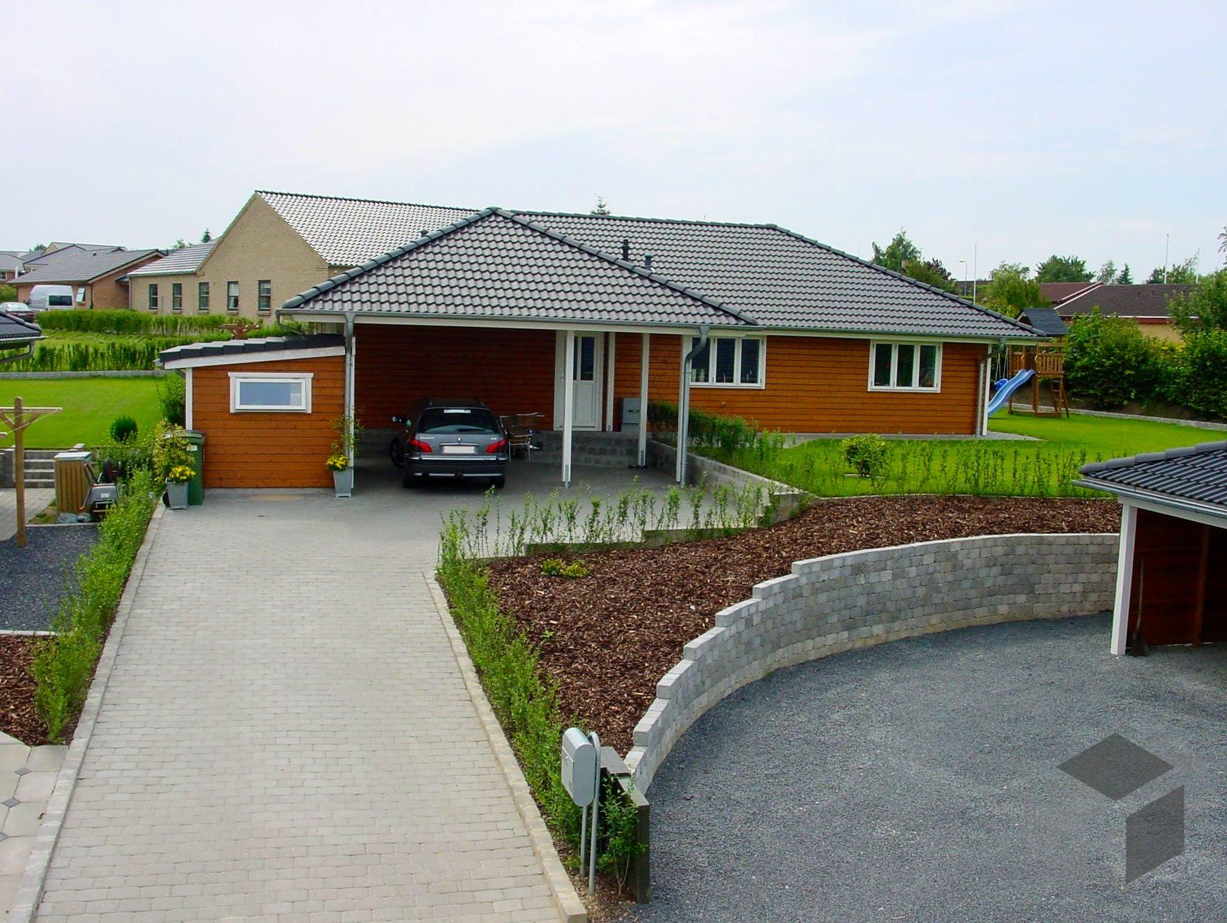 malm mit carport von fjorborg h user by merlin blockhaus walmdach. Black Bedroom Furniture Sets. Home Design Ideas